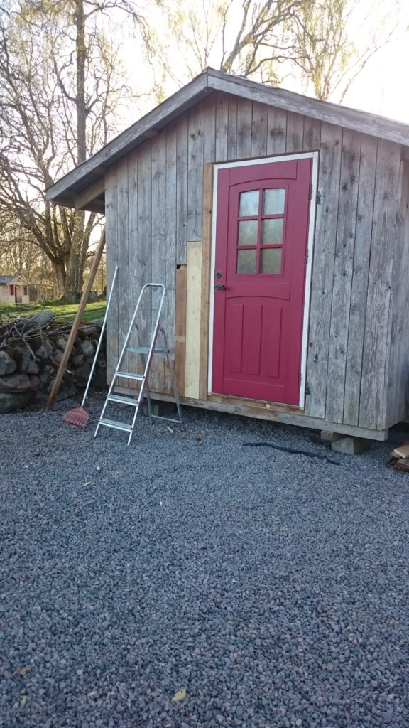 Vi fick byta ett par brädor och sätta in en ny (men begagnad) dörr
